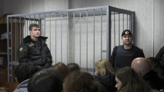 Клетка в зале суда. Россия