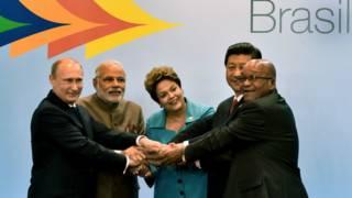 Vladimir Putin (à esq.), Narendra Modi, Dilma Rousseff, Xi Jinping e Jacob Zuma (à dir.)