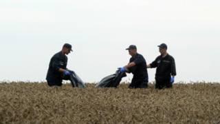 Представители МЧС убирают тела погибших