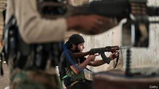 Militantes de ISIS atacando en Siria
