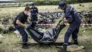 "Спасатели выносят тела с места крушения ""Боинга"""