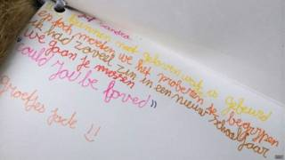 Alunos escrevem mensagem à professora morta em queda de avião na Ucrânia | Crédito: BBC