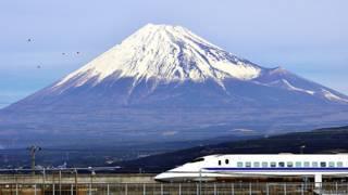 Японский скоростной поезд на фоне Фудзиямы