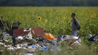 Inspetor em meio aos destroços do MH17, nesta terça (Reuters)