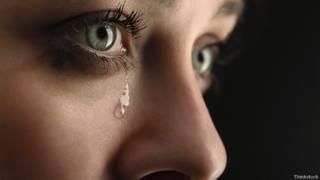 Лицо плачущей девушки крупным планом