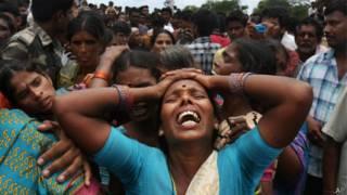 Los parientes de las víctimas reaccionan con angustia ante la noticia