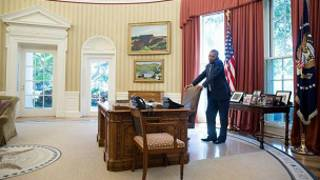 اوباما در دفتر کارش در کاخ سفید