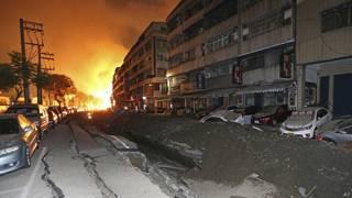ताइवान के कावशियांग शहर में धमाके के बाद लगी आग.