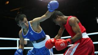 भारतीय मुक्केबाज़ देवेंद्रो अपने प्रतिद्वंद्वी के साथ