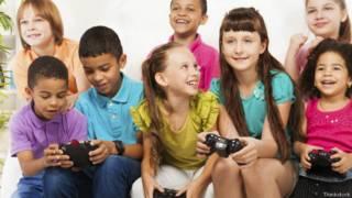 Crianças jogam videogame. Credito: Thinkstock