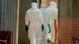 Des agents se préparent à l'enterrement de victimes du virus Ebola (archives).