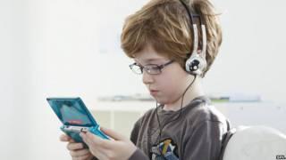 वीडियो गेम खेलता एक बच्चा