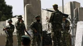 Militares afegãos próximo à academia militar de Camp Qargha (foto: Reuters)