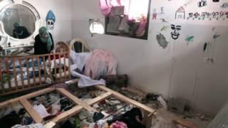 ग़ज़ा के राफ़ा इलाके में संघर्ष विराम के बाद घर वापस लौटी एक महिला, 5 अगस्त