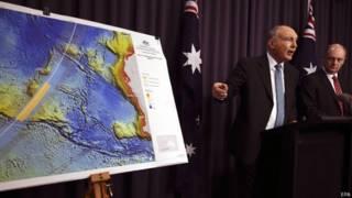 澳大利亞副總理特拉斯(右二)在堪培拉介紹MH370搜救進展(6/8/2014)