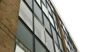 Imagem mostra edifício de onde bebê caiu na Inglaterra