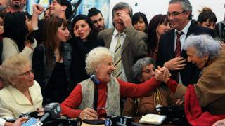Estela de Carloto, la Presidenta de Abuelas de Plaza de Mayo finalmente pudo abrazar a su nieto.
