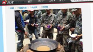 चीन में गंदे नूडल्स खाते सैनिक