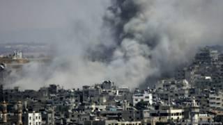 Клубы дыма над Газой после артобстрела израильских войск