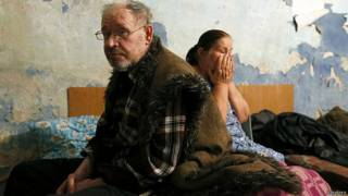 Жители Донецка ищут укрытия от снарядов в подвалах и бомбоубежищах