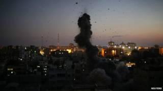 Fumaça e estilhaços voam após uma explosão em Gaza, que testemunhas dizem ser um ataque de Israel, 10 de agosto | Foto: Reuters
