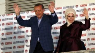 Primeiro-ministro turco Tayyip Erdogan e sua mulher Ermine celebram vitória nas eleições em 10 de agosto | Foto: Reuters