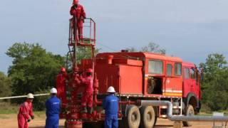 中石油與乍得工人在庫達爾瓦修理一處油井(2013年資料圖片)