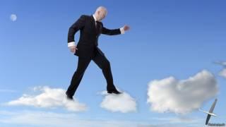 Бизнесмен перепрыгивает с облака на облако