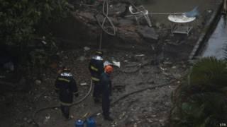 Equipes de emergência trrabalham no local da queda do avião (foto: EPA)