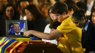 Filhos de Campos e Marina Silva ao lado de caixão. Credito: Reuters