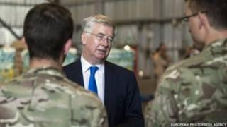 وزير الدفاع البريطاني مايكل فالون يتحدث للجنود