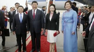 習近平(左二)、彭麗媛(右二)與蒙古總理阿勒坦呼亞格(左一)及其夫人(右一)在烏蘭巴托成吉思汗機場合照(21/8/2014)