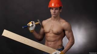 Молодой мускулистый плотник