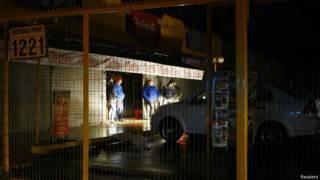 Vecinos en calle sin luz tras el sismo de Chile, 23 agosto