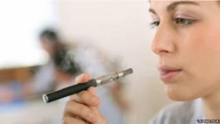 Mulher fumando cigarro eletrônico / Crédito: Thinkstock