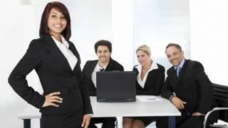 Бизнес-команда в приподнятом настроении