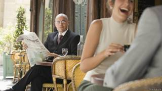Бизнесмен с газетой в кафе