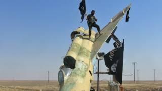 Джихадисты на захваченной сирийской авиабазе
