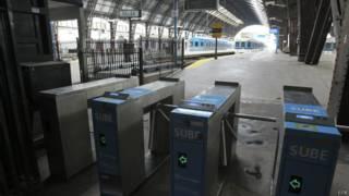 Plataformas vazias na estação de trem de Retiro, de Buenos Aires, por conta da greve (EPA)