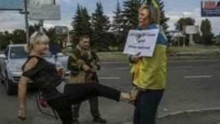 Mwanaharakati wa demokrasi aliyetuhumiwa na wapiganaji kuwa jasusi wa serikali ya Ukraine, apigwa teke na mpita njia na kuzomewa mjini Donetsk