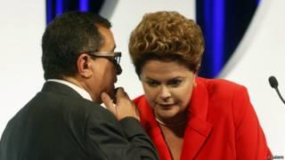Dilma ouve conselhos de assessor no debate / Crédito: Reuters
