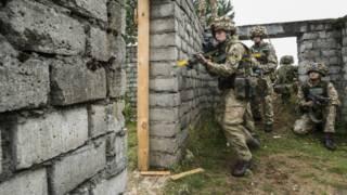 Tropas britânicas participam de exercício em Drawsko Pomorski, na Polônia (Foto: EPA)