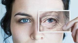 Mujer joven con ventana de vieja