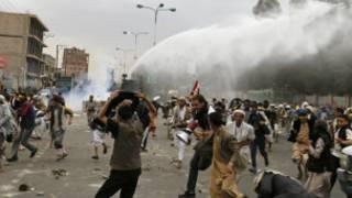 پلیس با شلیک آب و گاز اشک آور با معترضان مقابله کرد