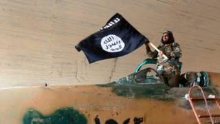 Combatiente de Estado Islámico en avión capturado a gobierno sirio