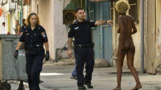 Полицейские арестовывают проститутку из Африки на улицах Тель-Авива