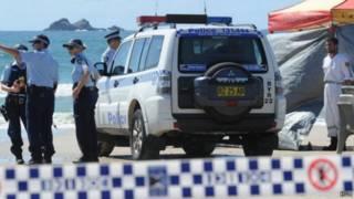 محققون استراليون في مكان هجوم قرش