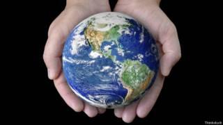 Un globo terráqueo en unas manos