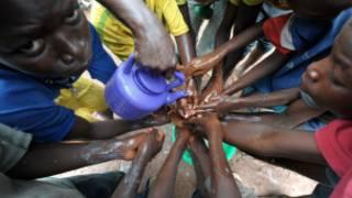 Sénégal-séance de lavage des mains au savon pour éviter la propagation du virus Ebola