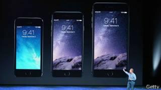 Один из руководителей Apple Фил Шиллер показывает, что iPhone 6 и iPhone 6 Plus больше предыдущих моделей
